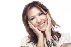 Härlig kvinna med ett försiktigt leende Arkivfoto