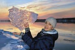 Härlig kvinna med ett mönstrat stycke av is Royaltyfri Bild