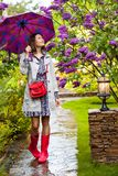 Härlig kvinna med ett paraply på en regnig dag Royaltyfria Foton
