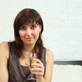 Härlig kvinna med exponeringsglas av wine Royaltyfri Fotografi