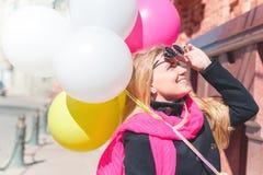 Härlig kvinna med färgrika ballonger Royaltyfri Bild