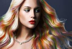 Härlig kvinna med färgrikt hår och smycken arkivbild