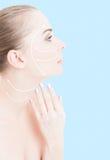 Härlig kvinna med facelifting pilar på hennes framsida och hals arkivfoton