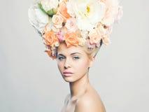 Härlig kvinna med frisyren av blommor Fotografering för Bildbyråer