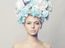 Härlig kvinna med frisyren av blommor Arkivfoto