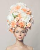 Härlig kvinna med frisyren av blommor Arkivbilder