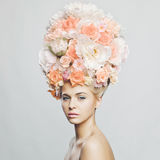Härlig kvinna med frisyren av blommor Royaltyfria Bilder