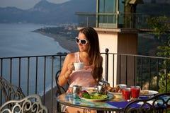 Härlig kvinna med frukosten royaltyfria bilder