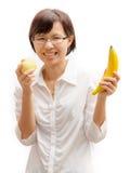 Härlig kvinna med frukter som isoleras på vit royaltyfri bild