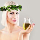 Härlig kvinna med gröna Olive Leaves Wreath Arkivbild
