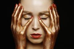 Härlig kvinna med guld- händer Royaltyfria Bilder