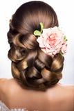 Härlig kvinna med guld- makeup härligt bröllop för brudmodefrisyr Arkivfoton