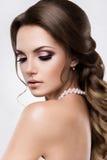 Härlig kvinna med guld- makeup härligt bröllop för brudmodefrisyr Royaltyfri Foto