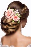 Härlig kvinna med guld- makeup härligt bröllop för brudmodefrisyr Arkivbild