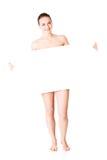 Härlig kvinna med hållande bla för perfekt hud och för beautyful framsida Arkivfoton