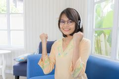 Härlig kvinna med hörlurar och smartphonen som kopplar av på arkivbilder