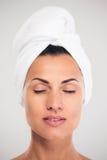 Härlig kvinna med handduken på huvudet fotografering för bildbyråer