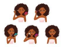 Härlig kvinna med hud för mörk brunt som gör makeup Royaltyfria Bilder