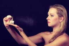 Härlig kvinna med innehavet och appliceradoft Royaltyfria Foton