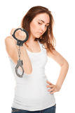 Härlig kvinna med isolerade handbojor (fokusen på handbojor) Royaltyfri Foto