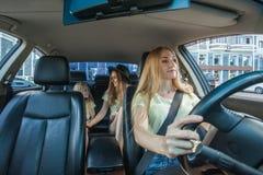 Härlig kvinna med körning av en bil royaltyfri foto