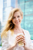 Härlig kvinna med kaffe till arkivfoton