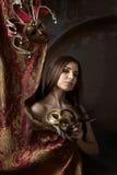 Härlig kvinna med karnevalmaskeringar Arkivfoton