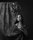 Härlig kvinna med karnevalmaskeringar Royaltyfria Foton