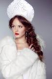 Härlig kvinna med kokoshnik. Smycken och skönhet. Modekonst Royaltyfria Bilder