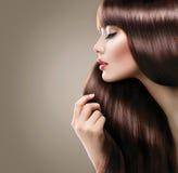 Härlig kvinna med länge slätt skinande rakt hår