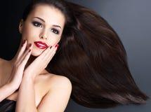 Härlig kvinna med långa bruna raka hår Royaltyfri Fotografi