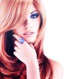 Härlig kvinna med långa röda hår med blå makeup Arkivfoto