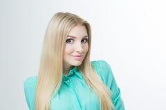 Härlig kvinna med långa raka blonda hår Arkivbilder