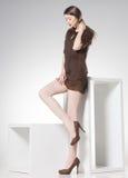 Härlig kvinna med långa sexiga ben  Royaltyfria Bilder