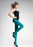 Härlig kvinna med långa sexiga ben i strumpor och höga häl Royaltyfri Fotografi