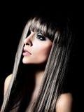 Härlig kvinna med långa svarta lockiga hår Arkivbild