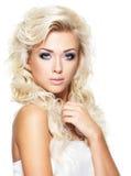 Härlig kvinna med långt blont hår Royaltyfri Fotografi