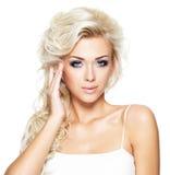 Härlig kvinna med långt blont hår Royaltyfria Foton