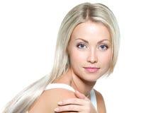 Härlig kvinna med långt blont rakt hår Fotografering för Bildbyråer