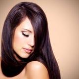 Härlig kvinna med långt brunt hår Royaltyfria Bilder