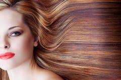 Härlig kvinna med långt hår Royaltyfria Bilder