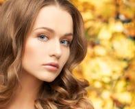 Härlig kvinna med långt hår royaltyfri fotografi