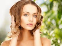 Härlig kvinna med långt hår royaltyfri bild