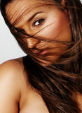 Härlig kvinna med långt hår i wind arkivfoto