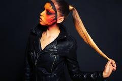 Härlig kvinna med långt hår med överdådig makeup Arkivbild