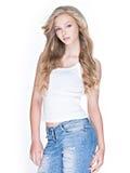 Härlig kvinna med långt lockigt hår i jeans Arkivfoton