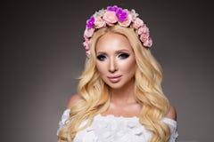 Härlig kvinna med långt lockigt hår, perfekt makeup royaltyfri fotografi