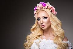Härlig kvinna med långt lockigt hår, perfekt makeup royaltyfria bilder