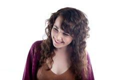 Härlig kvinna med långt lockigt hår som skrattar till henne Arkivfoton