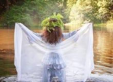 Härlig kvinna med långt medeltida klänninganseende i floden arkivfoton